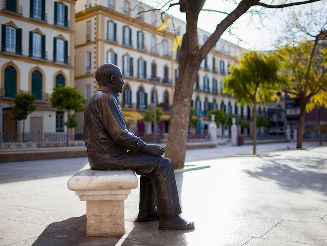 Pablo Picasso i brons blickar ut över sin födelsestad på La Merced-torget.