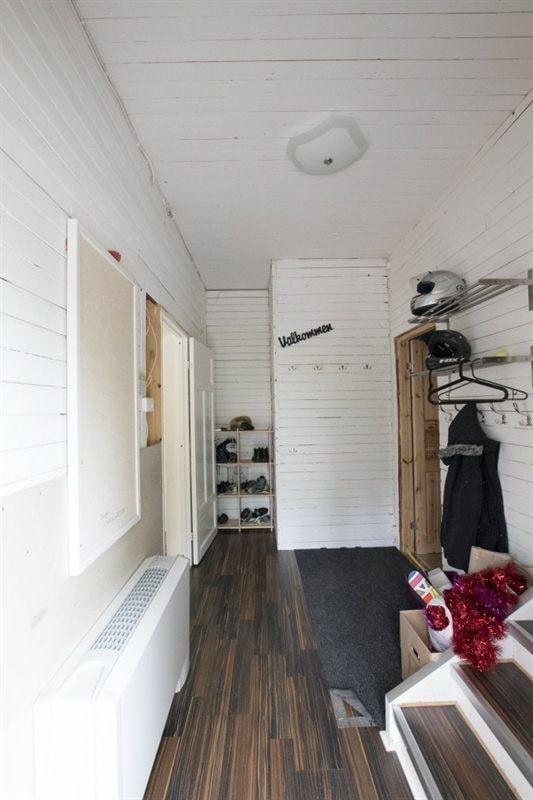 Husets entré leder in till en mindre hall. Direkt till höger finns en trappa upp till övervåningen och längre bort till höger en trappa ner till källaren. Längst in i hallen till vänster är ingången till köket.
