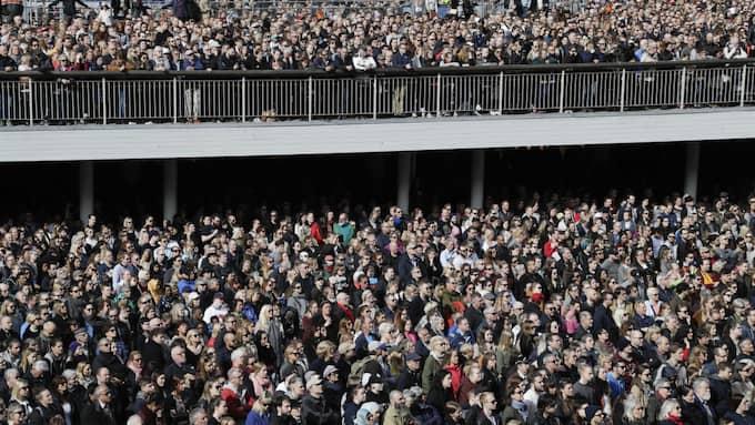 Tusentals människor samlades vid Sergels torg i Stockholm för att hedra offren och stå upp mot terrorn. Foto: Markus Schreiber / AP/ TT