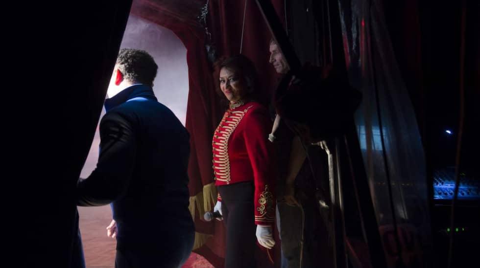 Ridån har gått upp och Carmen Rhodin gör sig redo att ännu en gång hälsa publiken välkommen. Foto: Meli Petersson Ellafi