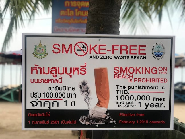 Skyltar med dubbel prissättning – rökande turister får böta hela tio gånger mer än bofasta.
