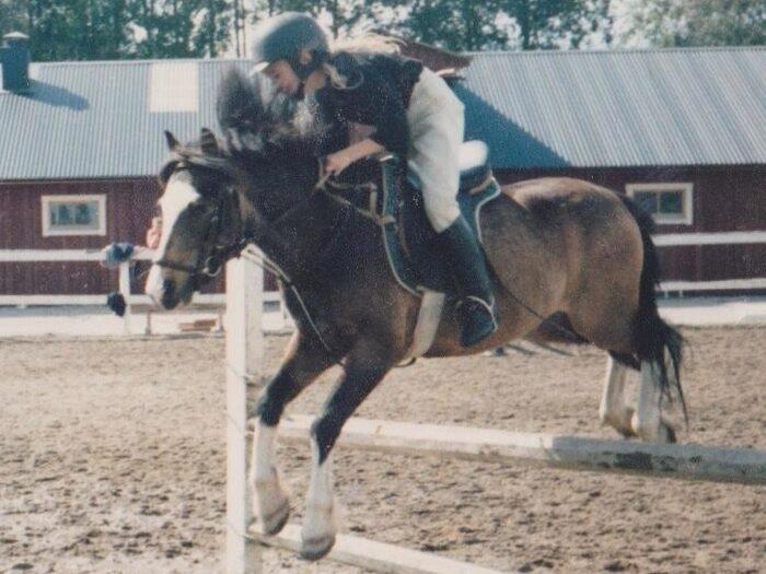 Här är Anna när hon var 11 år, före olyckan, på ponnyn Dicken. De blev påkörda av en bil och Anna slungades över bilen och skadades svårt.
