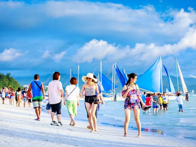 I oktober hävs turistförbudet till den tropiska ön Boracay.