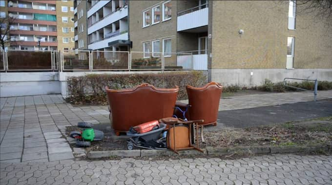 Herrgården i Malmö ägs också av Victoria Park. Här har någon ställt ut en soffgrupp. Foto: Tomas LePrince