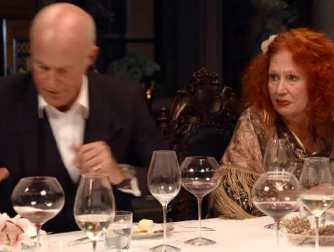 Stefan Sauk får nog och slår näven i bordet – sedan rusar han iväg. Foto: SVT