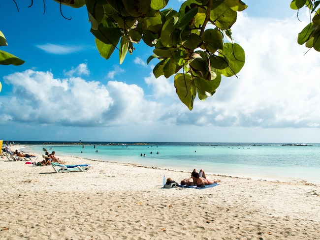 Palm Beach är perfekt för långa strandpromenader eftersom korallsanden aldrig blir het.