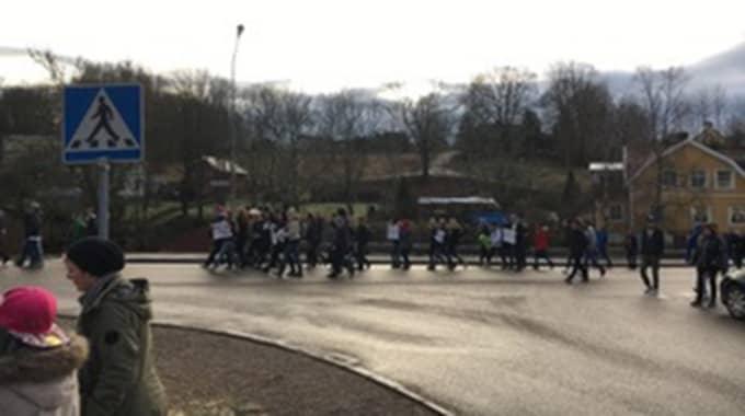 """""""Högstadieeleverna på Valboskolan i Färgelanda, samlades på torsdagen för att protestera mot utvisningen av familjen Rizk, som har bott i Sverige i 10 år."""" Foto: Privat"""