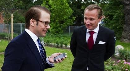 Expressens reporter Johan T Lindwall frågar den blivande prinsen om sina känslor inför bröllopet på lördag och passar också på att önska honom lycka till. Foto: Sven Lindwall
