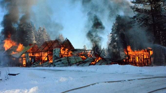 Ladugård i närheten av Ulricehamn har brunnit ner till grunden. Foto: David Skarland