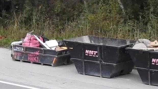 Här står Think Pinks containrar dumpade