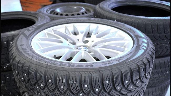 Se till att vinterhjulen är rena innan du stuvar undan dem. Smuts och kemikalier förstör däck och fälg.