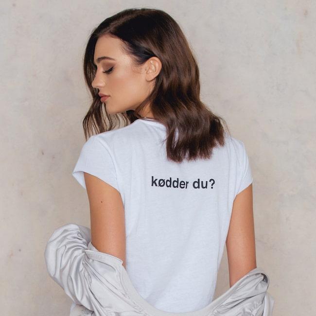 Klicka på plusset i bild för att handla Skam-tröjan från Na-kd i LEVA&BO:s webbutik! Välkommen till LEVA&BO Shopping!