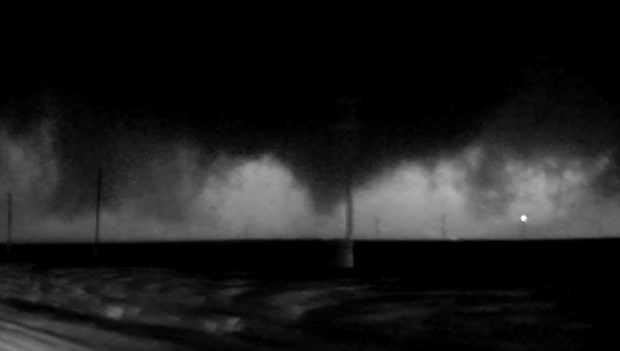 Blixtovädret lyser upp enorma tornadon