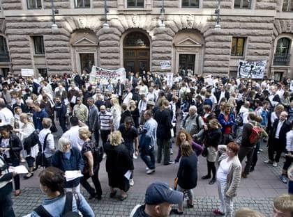 Demonstranter utabför riksdagen. Foto: Frisk Jesper