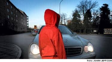 Unga som växer upp i problemfyllda områden med lågavlönade föräldrar med dåligt socialt nätverk låter sig lätt imponeras av kompisar som på brottslig väg skaffat sig status.
