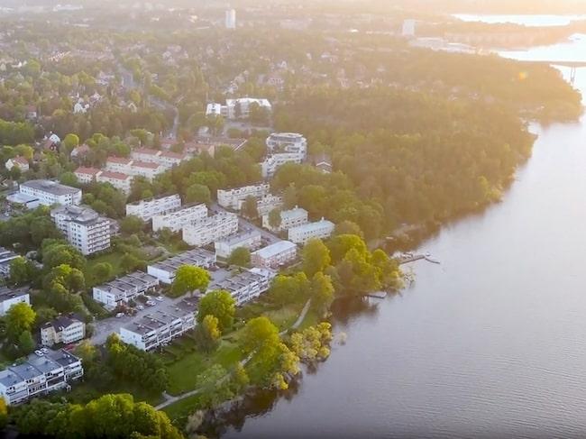 Här ligger trevåningsradhuset som Renée Nyberg och David Hellenius säljer för 15,8 miljoner kronor.