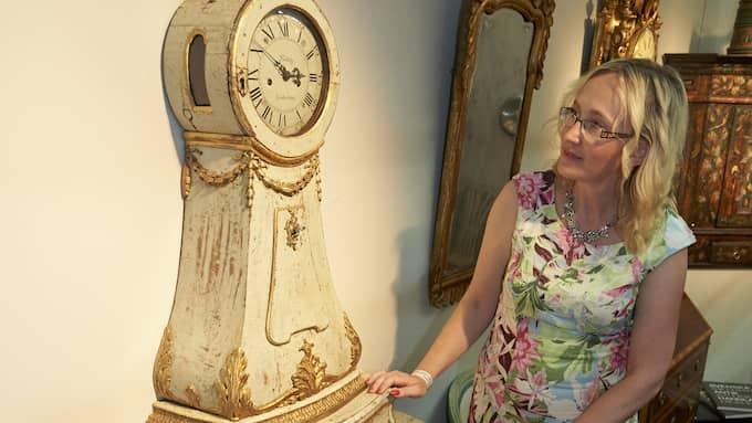 Charlotte Strömstedt visar upp en upp en klocka med byrå tillverkad på Vens kungsgård på 1750-talet. Bilden är från antikmässan förra året. Foto: STEFAN LINDBLOM/HBG-BILD / BESTÄLLT JOBB/COPYRIGHT HELSINGBORGS-BILD KVÄLLSPO