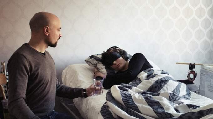 Karin har hemtjänst på dagarna, men kvällar, nätter och helger är det sambon Henrik Fransson som hjälper henne med allt. Foto: Anna-Karin Nilsson / ANNA-KARIN NILSSON EXPRESSEN