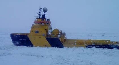 Isbrytare är på plats för att försöka få loss de färjor som sitter fast i isen. Foto: Veronika Sydén