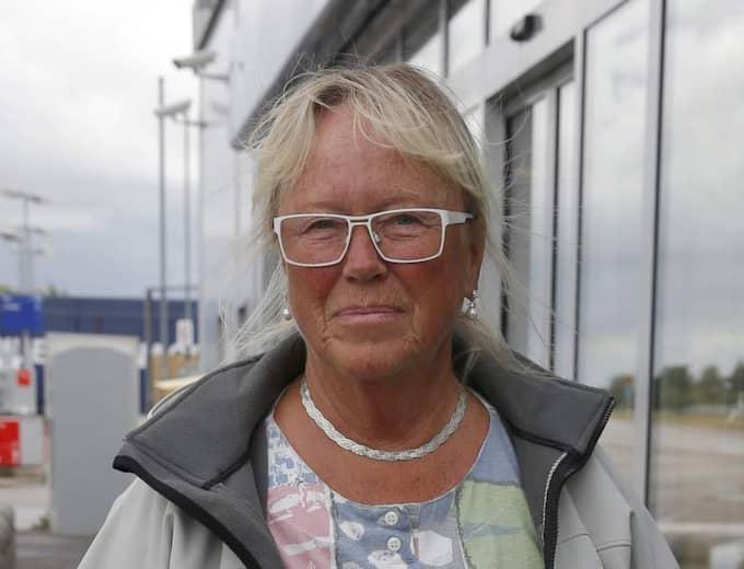 Stannar du om någon verkar behöva hjälp? Solbjörg Olandersson, 69, pensionär, Landskrona: - Själv har jag aldrig stött på några vägpirater men däremot har jag hört mycket om dem. Bland annat har jag läst flera varningar på bensinstationer och rastplatser. - Förmodligen skulle jag nog inte stanna för att hjälpa till om någon försöker stoppa mig, förmodligen på grund av att man är rädd och osäker på situationen. Foto: Ronny Johannesson