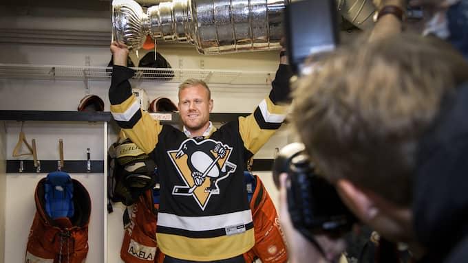 Patric Hörnqvist med Stanley Cup-bucklan. Foto: ARI LUOSTARINEN / TT NYHETSBYRÅN