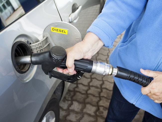 Förslaget skulle innebära att försäljning av nya bensin- och dieselbilar skulle förbjudas från 2030.