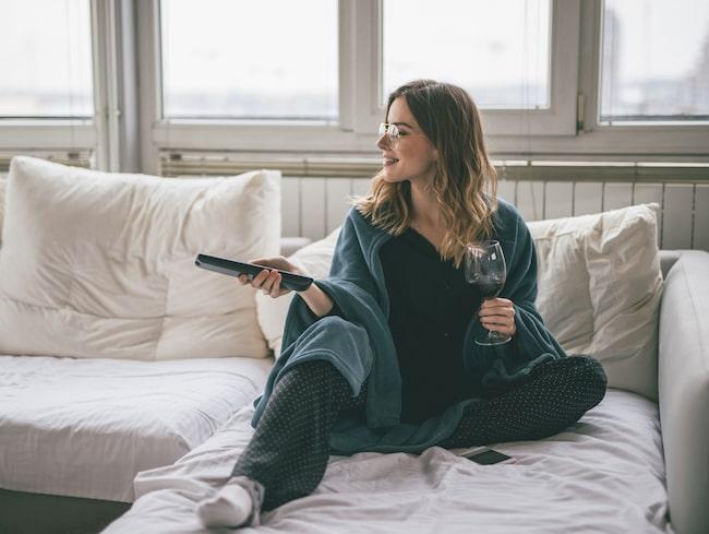Hur ofta tvättar du din mysiga pläd? Enligt rekommendation ska man tvätta den minst en gång i månaden och oftare om du äter och dricker i soffan.