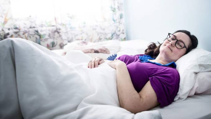 SÄNGLIGGANDE. Upp till 23 timmar om dygnet är Mireille Edgren sängliggande. Hon lider av den ovanliga sjukdomen ME som ger hjärndimma, ständig värk och ont i halsen. Foto: Anders Ylander