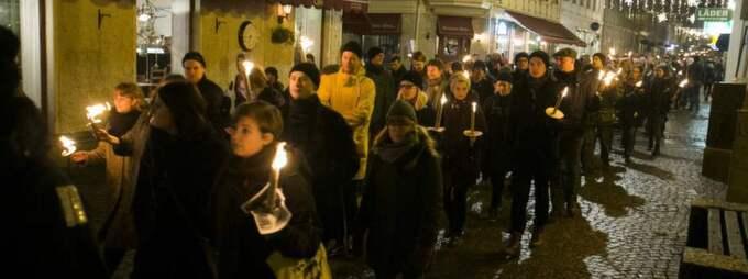 VÄRDIG MANIFESTATION. Enligt uppgift var det runt 3 000 personer som drog i ett tyst fackeltåg genom Göteborg i går för att protestera mot rasism. Det var en värdig och våldsbefriad manifestation, som också fick beröm av polisen. Foto: Lennart Rehnman