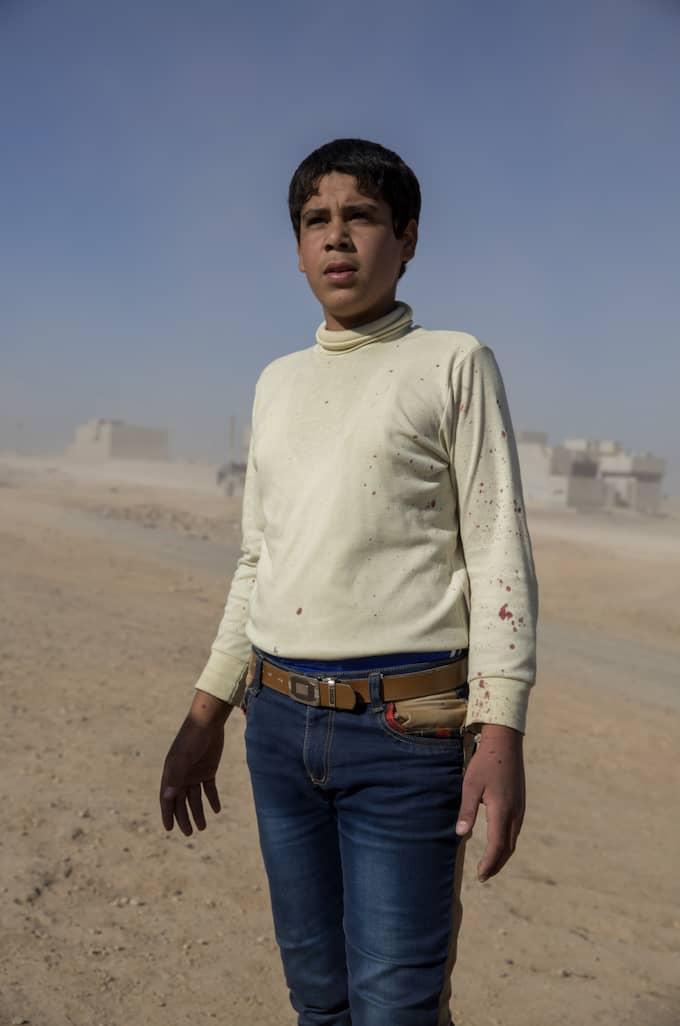 Många skadades och dog när en granat slog ner i kvarteret där pojken bor. Hans tröja är nedstänkt av blod och han befinner sig i chock. Foto: Niclas Hammarström