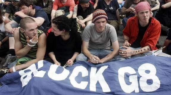 Under onsdagen genomförde G8-demonstranter en sittdemonstration genom att blockera en väg vid Boergerende i Tyskland. Foto: AP