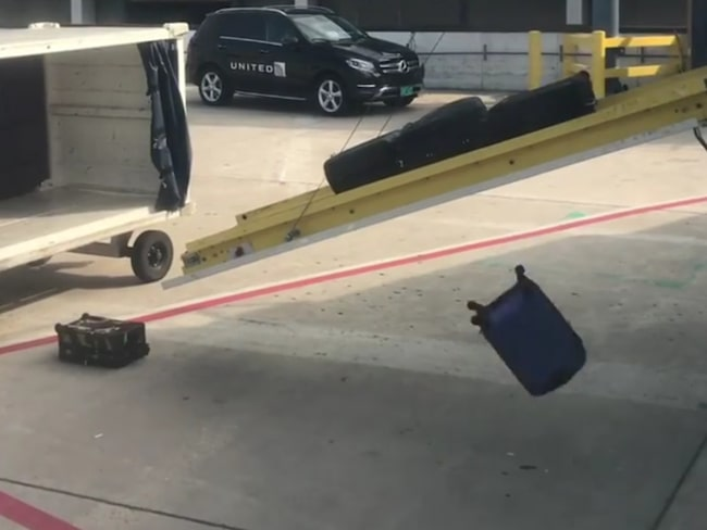Som lök på laxen har det nu dykt upp en film som visar ett synnerligen misslyckat försök att lasta av bagage på O'Hare-flygplatsen i Chicago.