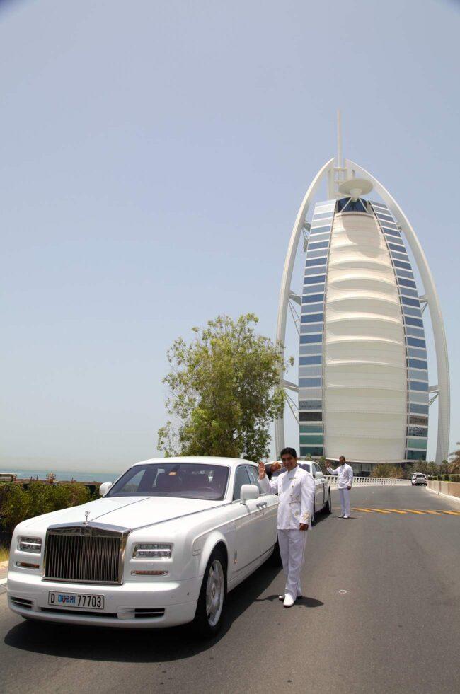 <span>Gäster som inte väljer att landa på hotellets helikopterplatta hämtas upp i en Rolls-Royce Phantom.</span>