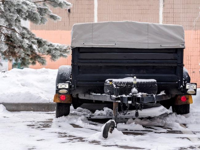 Undvik förfrusna bromsar genom att sätta klossar bakom hjulen på din parkerade släpvagn.