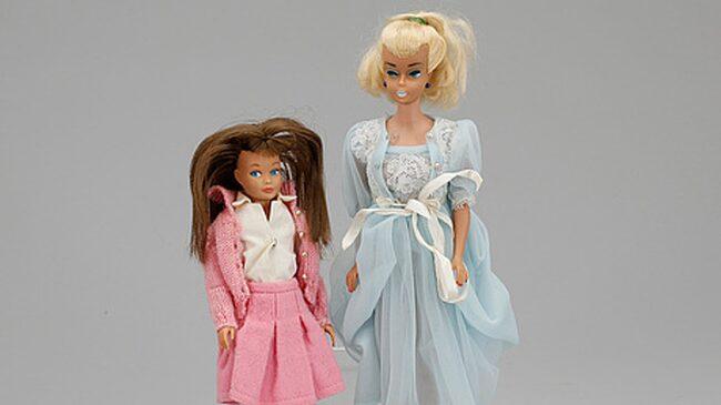 <span>Barbie och Skipper, dockor från 60-talet. Tillhörande kartonger och boxar med handtag. Sålda för 2000 kronor. </span>