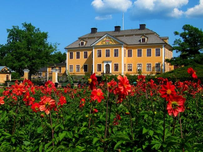 a38a509f9753 12 härliga slott & herrgårdar i Stockholm och Uppland. Lövsta Bruk ligger  mycket vackert med en liten bro över till slotten och vattnet runtomkring.