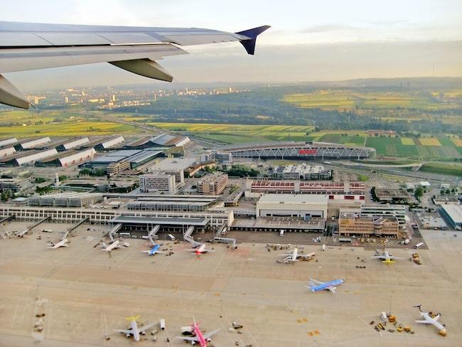 Ett par glömde sin dotter på Stuttgart Airport.