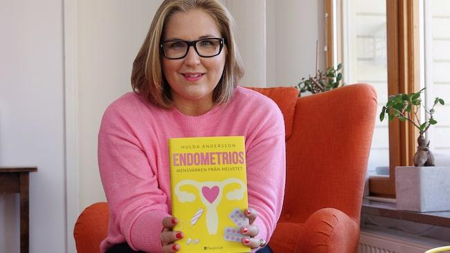 """Hulda har skrivit boken """"Endometrios - mensvärken från helvetet"""": """"Det är dags att ta vår smärta på allvar. Och det handlar inte om menssmärta utan endometriossmärta, vilket är en helt annan sak""""."""