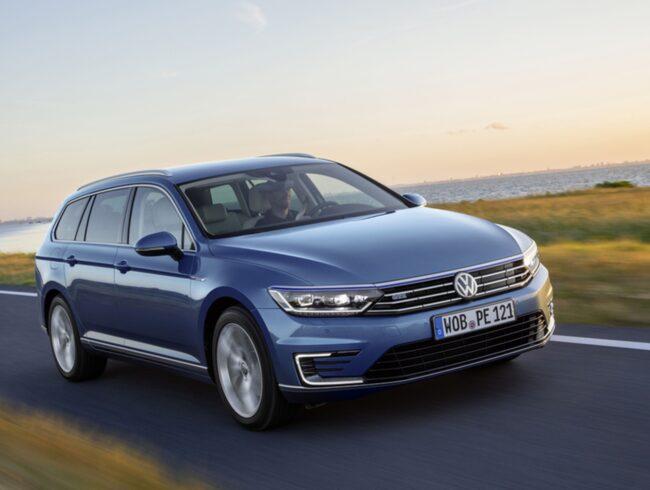 Passat GTE är en av Volkswagens laddhybrider. Nu vill amerikanska myndigheter se fler elbilar från tillverkaren.