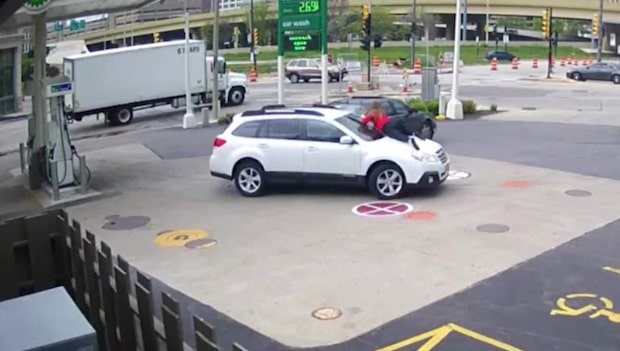 Biltjuven får ge sig - ägaren hoppar upp på motorhuven