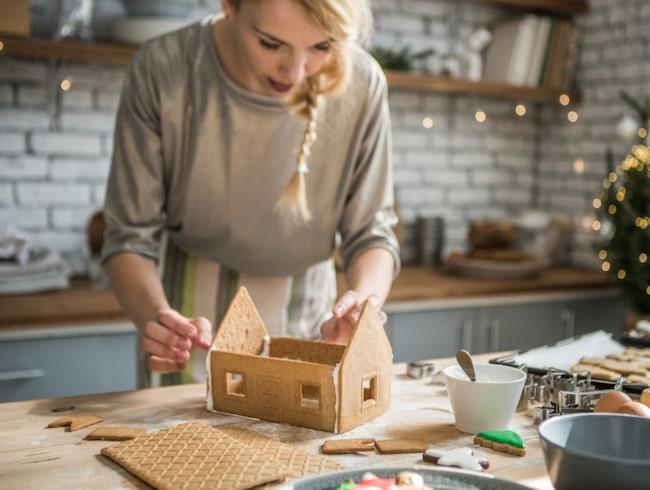 Att bygga pepparkakshus är roligt och skapar stämning hemma, inte minst med doften. Här får du alla tips du behöver.