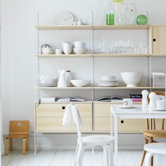 Öppen förvaring. Att placera ut porslin på öppna hyllor i köket är snyggt, men kräver kanske lite extra städande. De här hyllorna rymmer hur mycket som helst, 10 600 för allt som syns i bild, String.