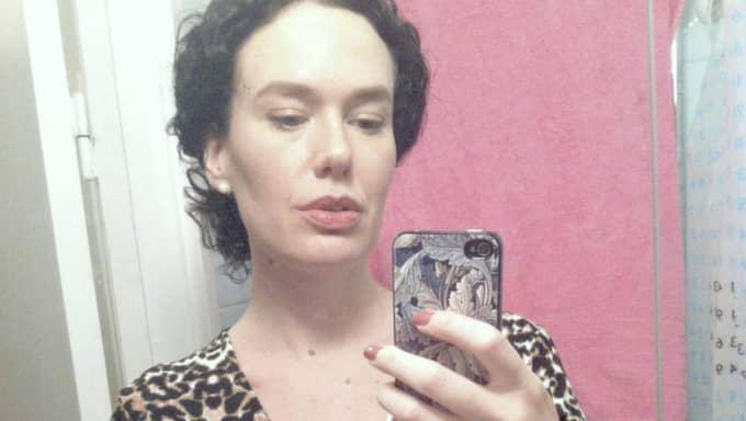 Dagens maskerad. Therese Bohman provar sin nya leopardklänning hemma i badrummet.