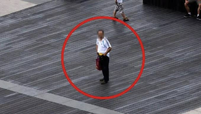 ...har nämligen att svårt att hålla upp sina byxor. Foto: Bix Pixel