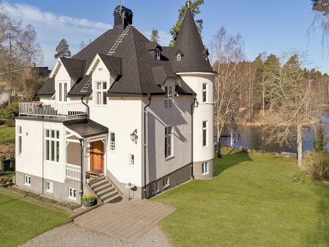 Villan har en boyta på 219 kvadratmeter och är på sju rum och kök.