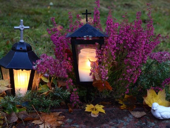 <span>Under allhelgonahelgen minns vi våra döda på ett särskilt sätt. Gravarna smyckas med blommor och tända ljus och många kyrkoförsamlingar bjuder in dem som mist en nära släkting under året till en minnesgudstjänst.</span>