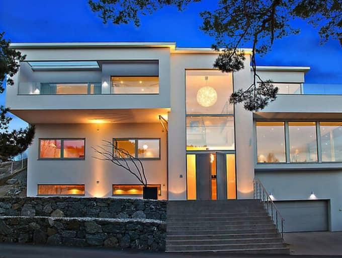 BRÄNDA BERGET 19B Brottkärr-Brända Berget, Göteborg Stilig arkitektur med härlig volym på det vackra Brända Berget. Underbar utsikt över hav och skärgård från hus samt uteplatser. Huset har en spännande planlösning, stora ytor för familj och vänner. Fastigheten har hög säkerhet med tekniska lösningar. Pris: 19 750 000 kronor. ANTAL RUM: 9 rum. BYGGÅR: 2011. BOAREA: 324 kvm. TOMTAREA: 1 339,7 kvadrat. DRIFTKOSTNAD: 30 500 kronor/år. MÄKLARBYRÅ: P.O. Fastighetsbyrå AB.
