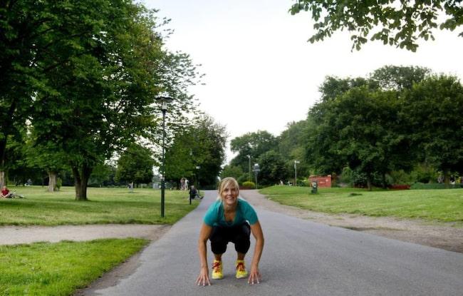 <strong>Gör utfall och grodhopp</strong><br>Mät upp 20 steg och gå framåt med djupa steg  som böjer knäna i 90 grader. Kör grodhopp på vägen tillbaka. Böj knäna,  sätt dig på huk och nudda marken och hoppa så långt du kan mellan varje  steg. Stärker och &quot;höjer&quot; musklerna så att rumpan blir hårdare och  fastare.<br><strong>HUR OFTA: </strong>20 steg och 20 hopp gånger sex repetitioner.<span><br></span><span><strong>RESULTAT</strong><br>Om  man har ätit mycket kolhydrater under sommaren så förbränner man det  som finns lagrat i kroppen, så vecka ett fungerar som en detox. En bra  struktur gör att man blir mer motiverad att fortsätta. När man tränar så  förlorar man mycket vätska, dels av att man svettas men också av  andningen. Många kommer hem vätskefyllda från semestern, man har suttit i  en bil, flugit eller liknande så man kan lätt gå ner 2-3 kilo och  rumpan känns absolut fastare efter en vecka.</span>