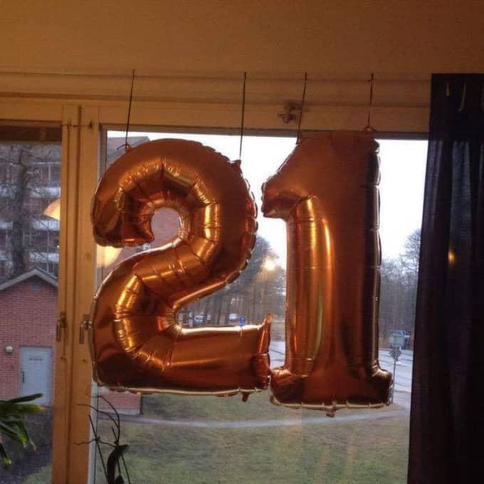 """De oskyldiga födelsedagsballongerna bildade numret """"21"""" på flickvännen Sarahs 21-årsfest. Men utifrån misstog någon siffrorna för propaganda från terrororganisationen IS. Foto: Sarah Ericsson"""