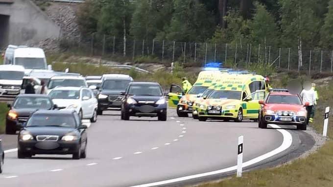 En trafikolycka med fem personer, varav två barn, har inträffat på E4 i södergående riktning mellan Nyköpingsbro och Jönåker i Södermanland. Foto: PONTUS STENBERG